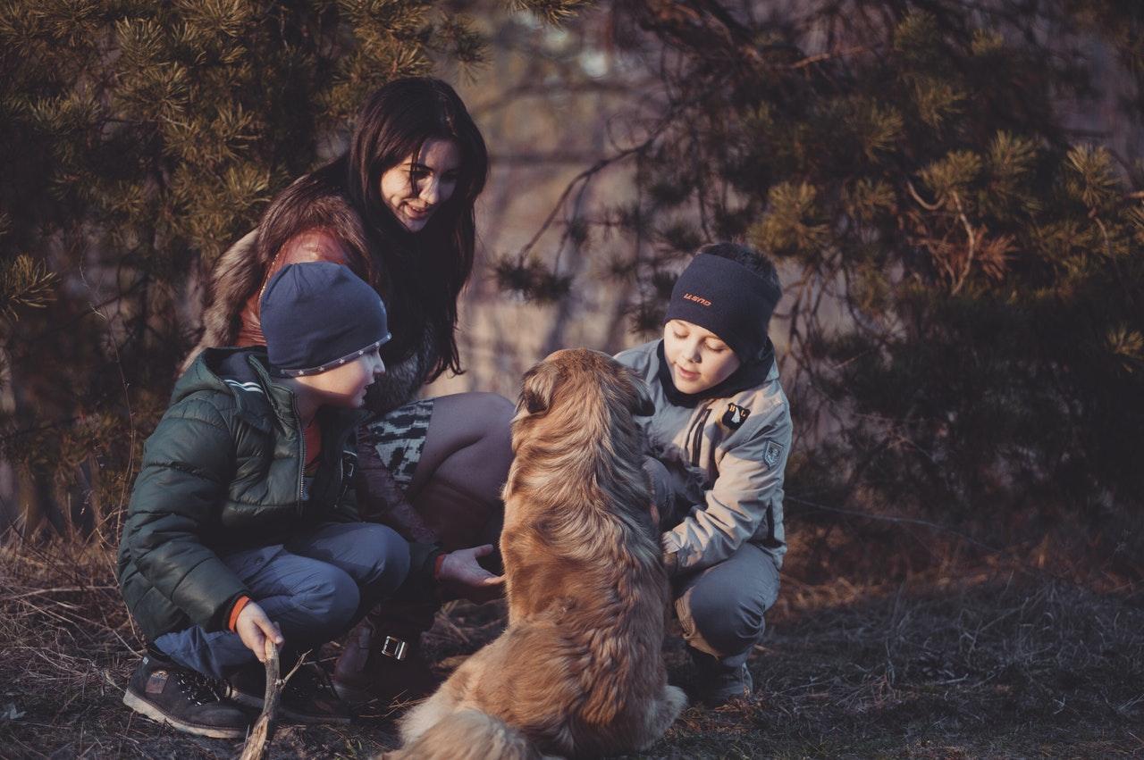 Familj tillsammans med sin hund